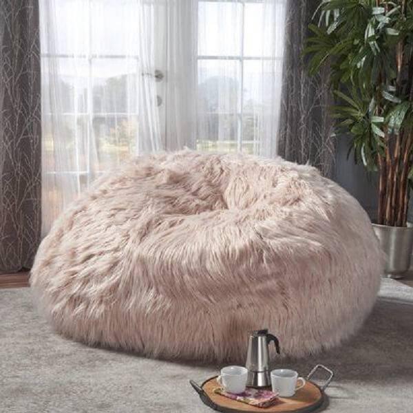 Modelo de puff gigante com tecido peludo