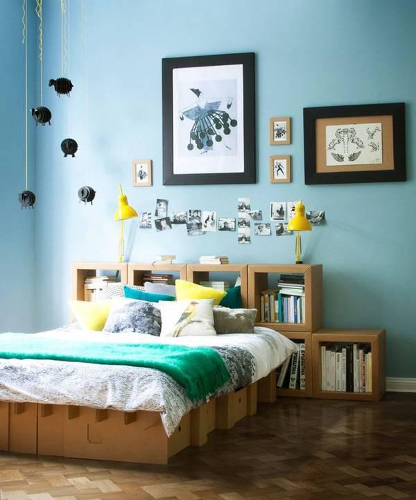 Móveis de papelão decoram o quarto de casal