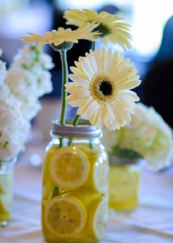 Utilize o frasco de vidro transparente e forme um lindo arranjo de gérbera