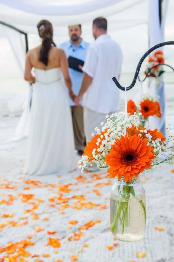 Gérbera laranja compõe a decoração de casamento