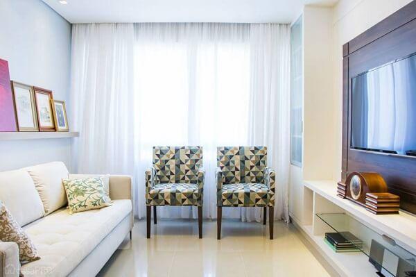 Poltrona para sala de tv com tecido estampado se destaca no ambiente