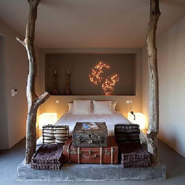 Os moradores incluíram dois troncos na decoração do quarto rústico de casal