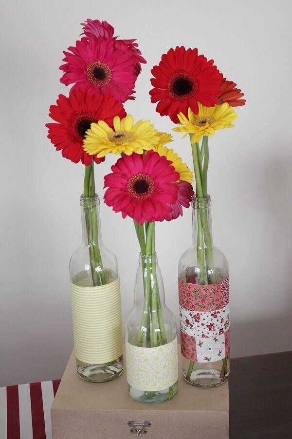 Vidraçaria com detalhes em tecido recebem flores de gérbera