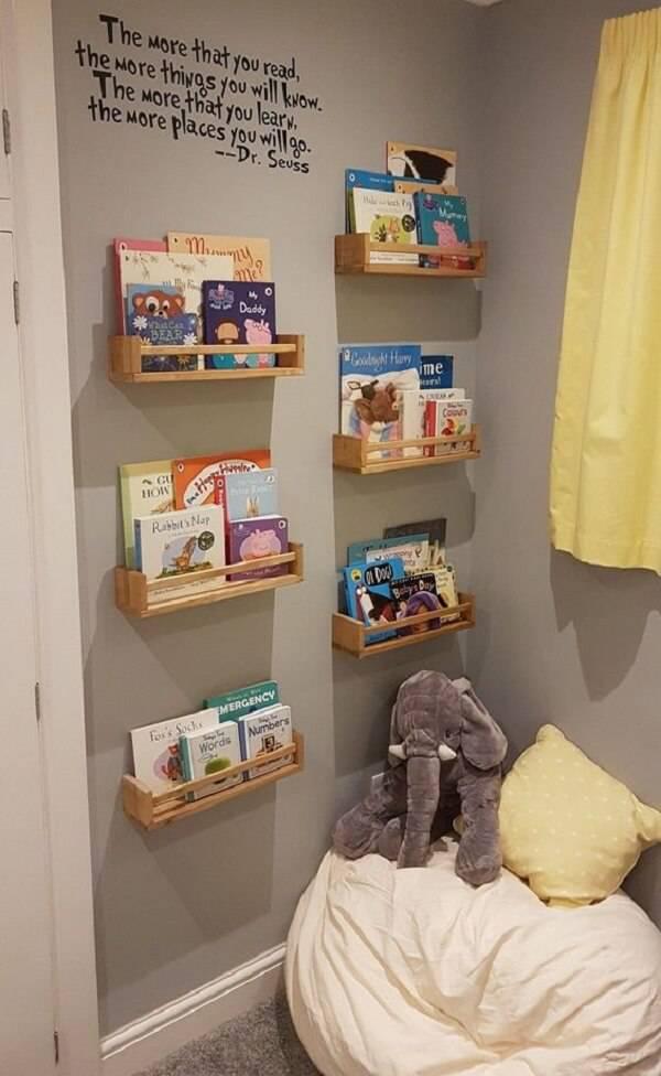 Área de leitura infantil com prateleiras e puff gigante para as crianças