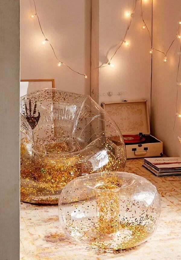 Modelo de puff gigante com acabamento em glitter dourado