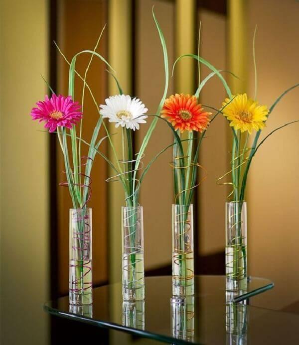 Traga cor para os ambientes incluindo mini vasos com flores de gérbera