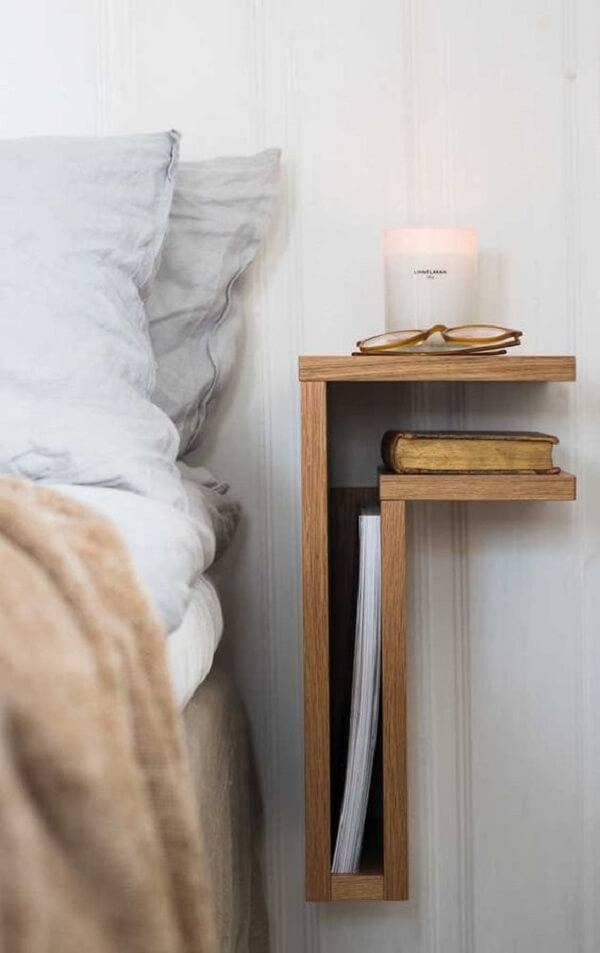 Invista em peças criativas e funcionais como essa fixada ao lado cama