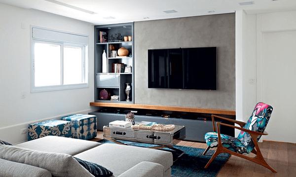 Poltronas para sala de tv com tecido estampado se destacam no espaço.
