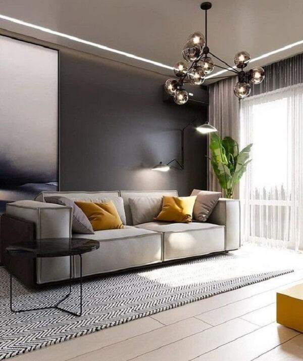 Sala de estar com piso flutuante e pendente criativo metálico