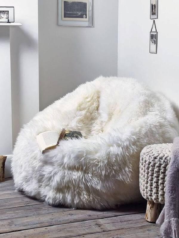 Modelo de puff gigante feito com tecido peludo em tom branco