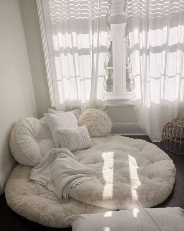Puff gigante super aconchegante repleto de almofadas