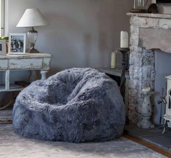 Modelo de puff gigante feito com tecido peludo