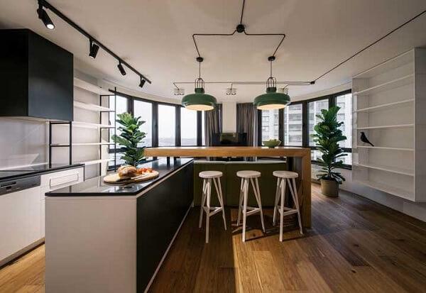 A tonalidade irregular que é responsável por deixar o piso flutuante parecido com a madeira