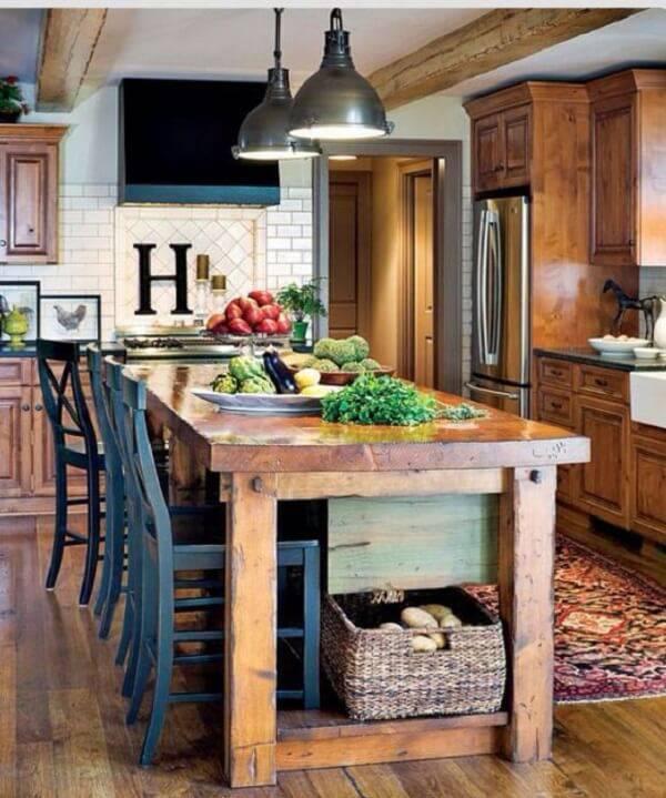 A madeira se faz presente em diversos móveis e objetos da cozinha