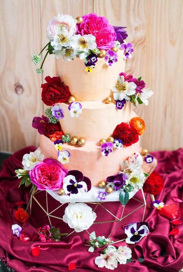 Modelo fake de bolo cheio de flores