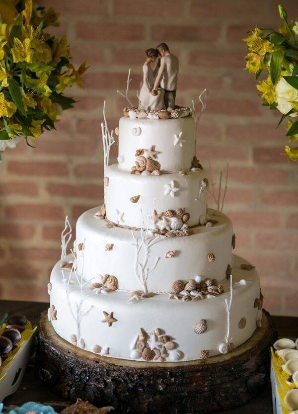 The rustic fake cake charms the party guests