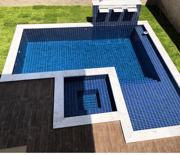 Borda de piscina de mármore branco