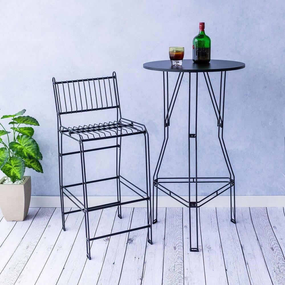 Os móveis aramados trazem personalidade para decoração do ambiente