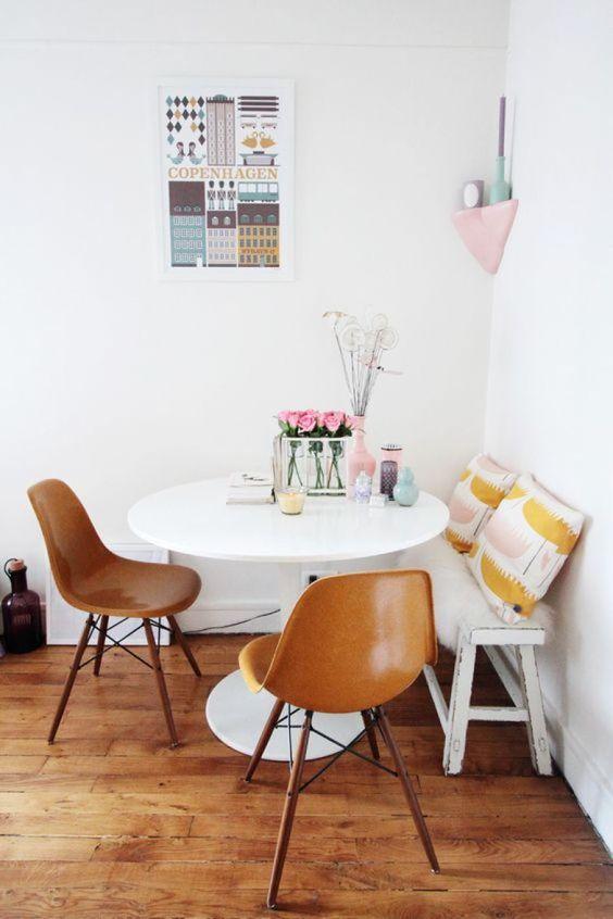 Cadeira eames em caramelo na sala de jantar pequena