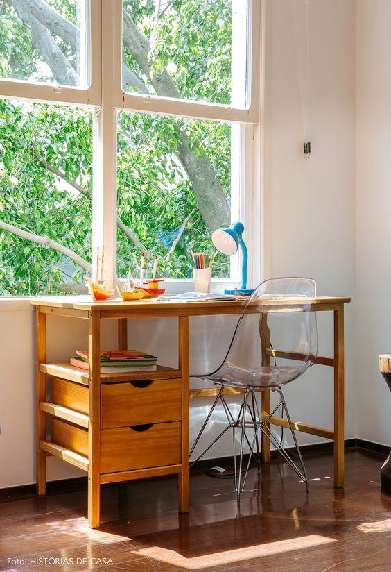 Cadeira eames transparente para escrivaninha de madeira