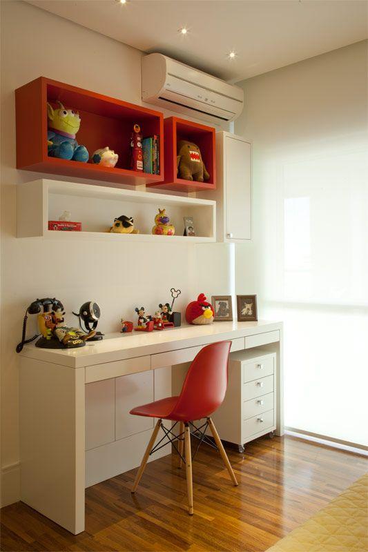 Cadeira eames vermelha para escrivaninha de quarto infantil
