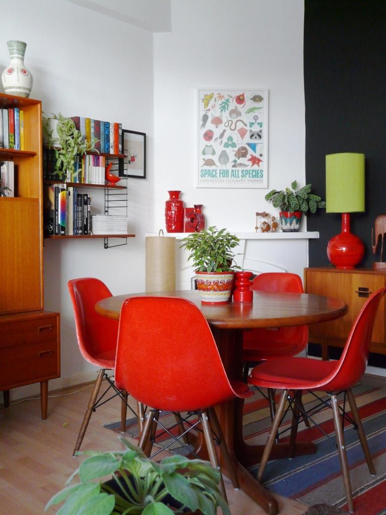 Cadeira eames vermelha para mesa de jantar redonda