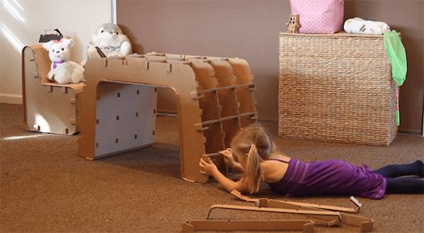 Móveis de papelão infantil decoram o quarto da criança