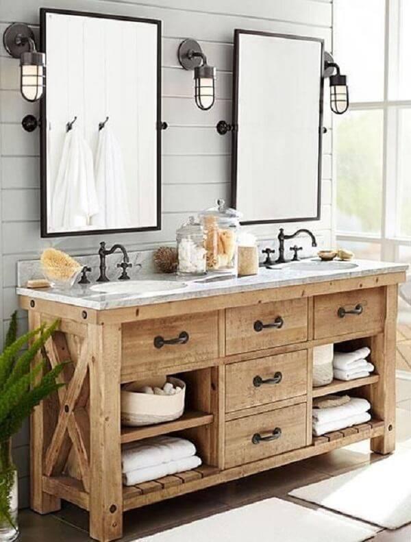 Armário de madeira para banheiro com gavetas e vários nichos auxilam na organização do espaço