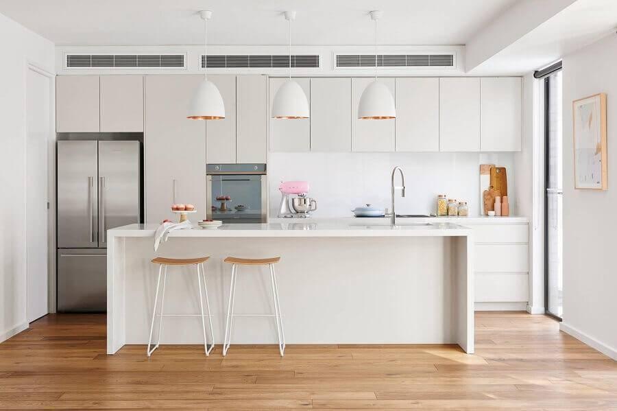 Cozinha com ilha toda branca decorada com pendentes Foto Home Beautiful