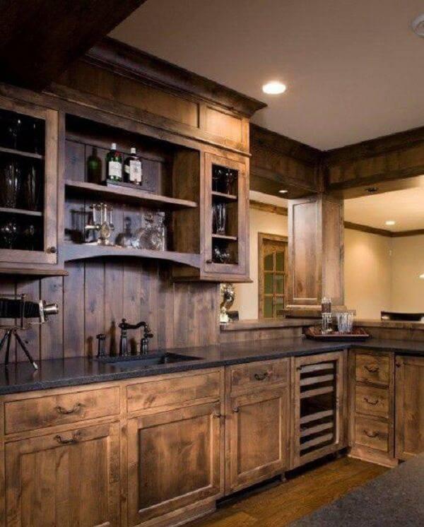 Armário de madeira para cozinha com acabamento escuro