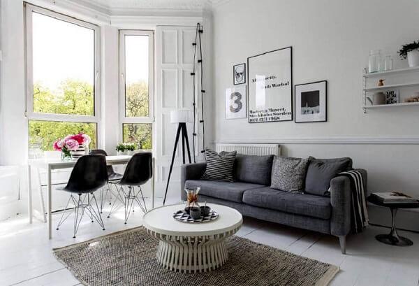 Decoração de sala neutra com cadeira eames preta na escrivaninha