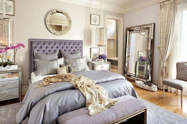 Decoração para quarto de casal em tons de lilás e com espelho para quarto se tornando o grande destaque no ambiente. Fonte: My Decorative