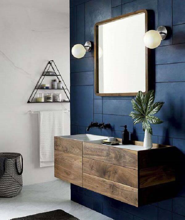 Invista em uma pequeno armário de madeira para banheiro