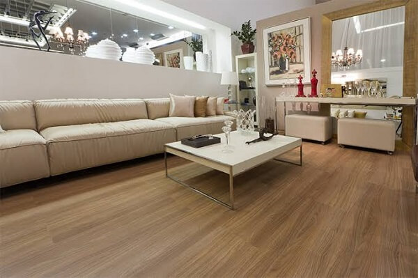 Decore a sala de estar com piso flutuante
