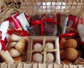 Festa na caixa com doces e salgados