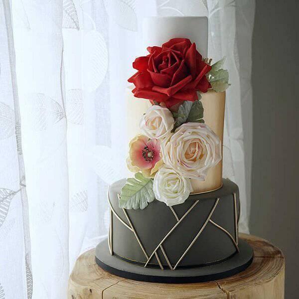 Modelo fake de bolo com design moderno