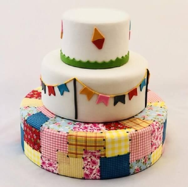 Modelo fake de bolo Festa Junina