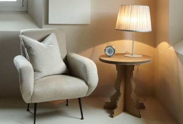 Mescle conceitos usando móveis de papelão e móveis tradicionais em um mesmo ambiente