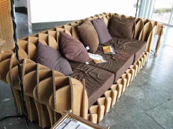 Decore a sala de estar com um sofá de papelão