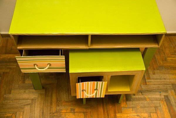 Móveis de papelão com acabamento colorido
