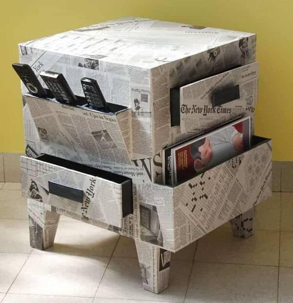 Móveis de papelão com acabamento em jornal
