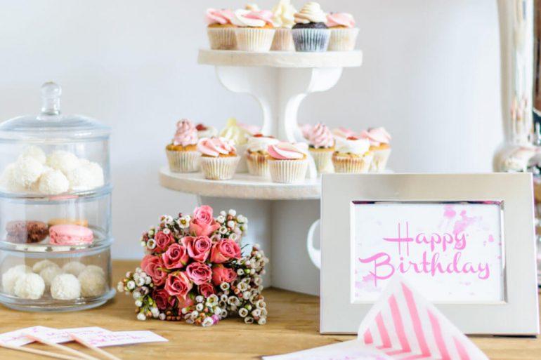 Mesa de aniversário decorada com flores