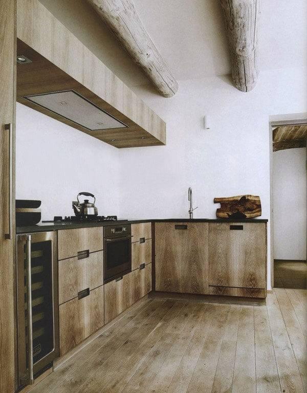 O armário de madeira se mistura com o acabamento do teto
