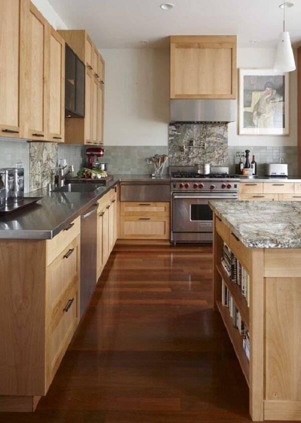 O armário de madeira se harmoniza com utensílios metálicos