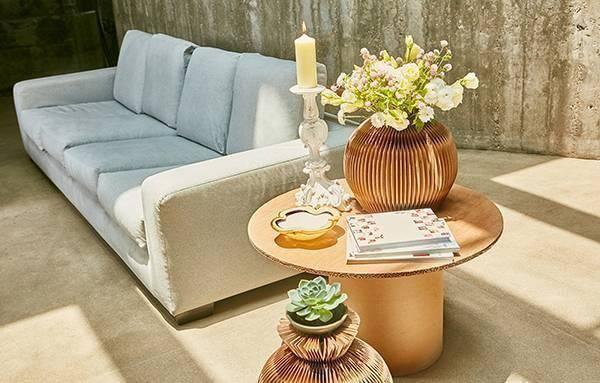 Móveis de papelão decoram a sala de estar