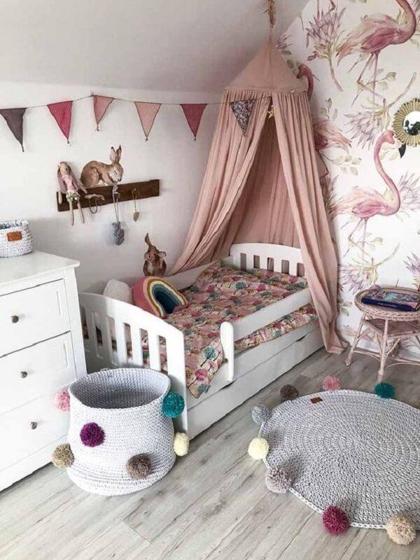 O cesto organizador combina com o acabamento do tapete do quarto infantil. Fonte: Pinterest