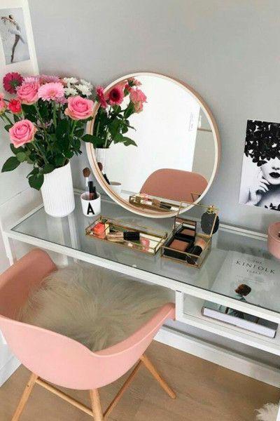 Penteadeira branca com cadeira eames rosa e almofada peluda