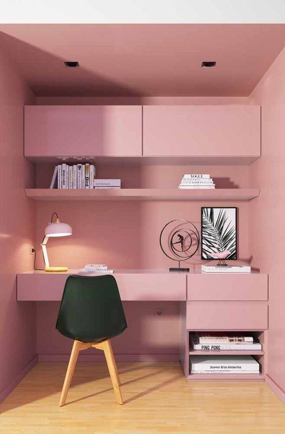 Penteadeira rosa com cadeira eames preta no quarto feminino
