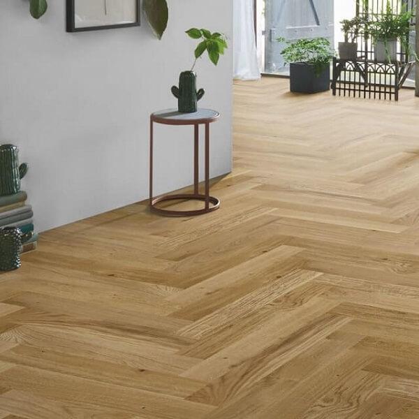 Piso flutuante de madeira em tom claro utilizado em ambientes integrados
