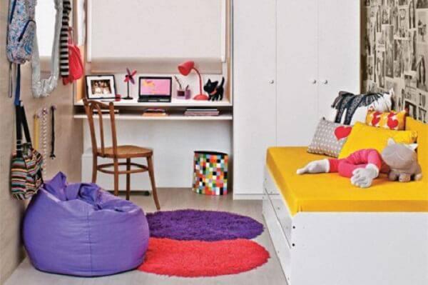 O puff gigante roxo se harmonizou com a decoração do quarto